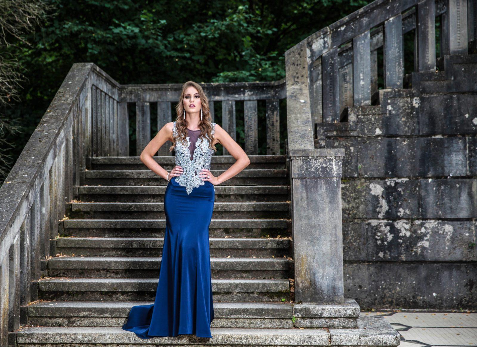 Blaues Abendkleid bestickt
